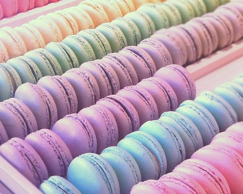 Macarons in pastel colours - www.leblow.co.uk