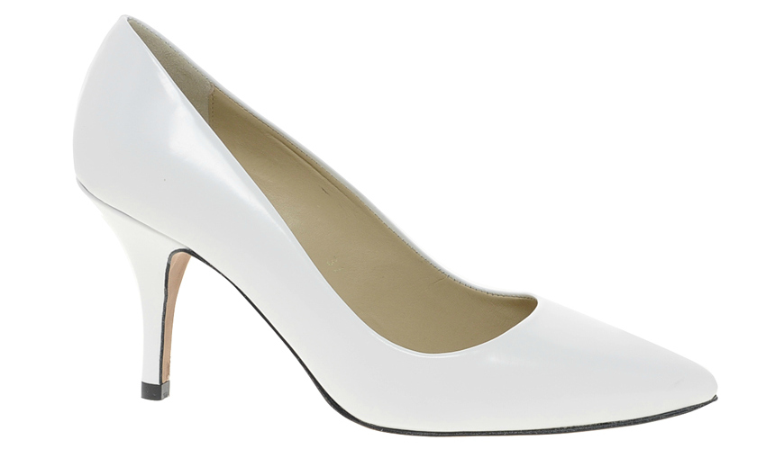 Bit of all white // The enduring appeal of the white pointy shoe ...