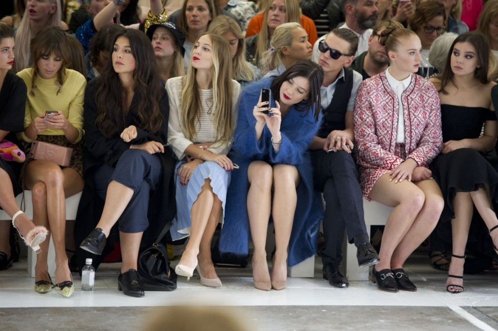 sophie-turner-and-hailee-steinfeld-watching-topshop-unique-ss15-front-row-at-london-fashion-week-_3